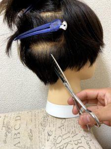 後ろ頭下の髪を切る。