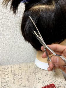 後ろ頭の真ん中の髪を切る。
