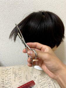 後ろ頭の上の髪を切る。