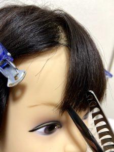 前髪を切る横からの写真