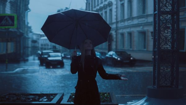 雨と女性です